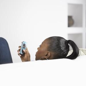 vrouw op bank met mobieltje