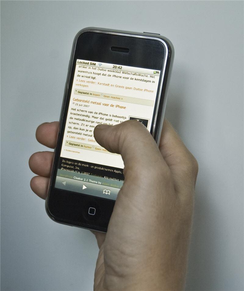 De Apple iPhone ligt vrijwel perfect in de hand en is goed met de duim te bedienen