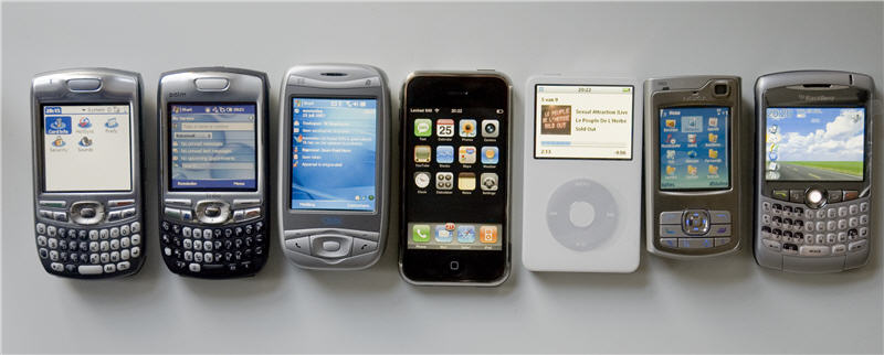 Van links naar rechts: Palm Treo 680, Palm Treo 750, Qtek 9100/MDA Vario, Apple iPhone, Apple iPod Video, Nokia N80 en Blackberry Curve