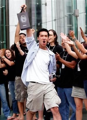 Vincent Nguyen van collega-website MyItablet.com met zijn nieuwe iPhone