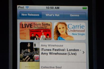 """De iTunes Wi-Fi Music Store is aangepast aan het smalle scherm van de Apple <a href=""""https://www.iculture.nl/ipod/"""" class=""""lazy lazy-hidden ic_autolink""""><noscript><img src="""