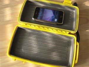 Auto rijdt over Otterbox met iPhone erin
