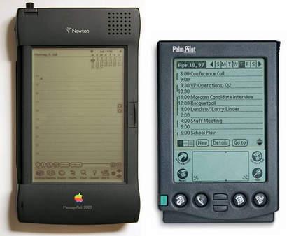 Apple Newton links, PalmOS rechts