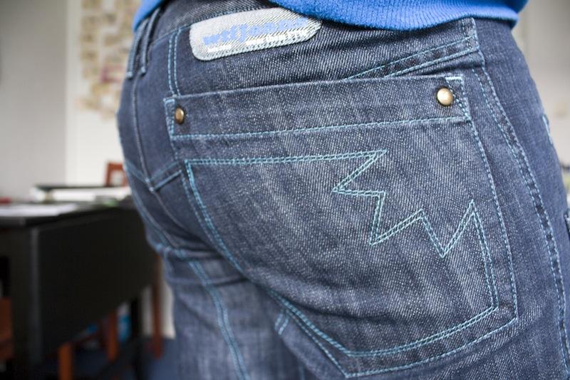 WTFJeans met stiksels in de kleur van het Twitter-logo