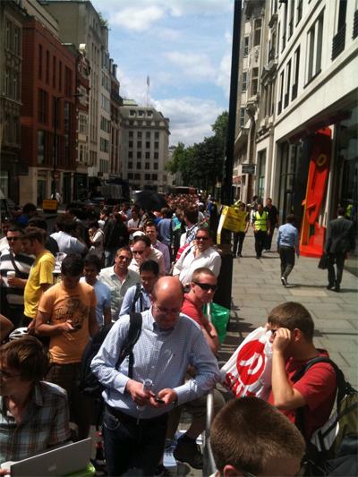Radio 538 in de rij voor de Apple Store in Londen