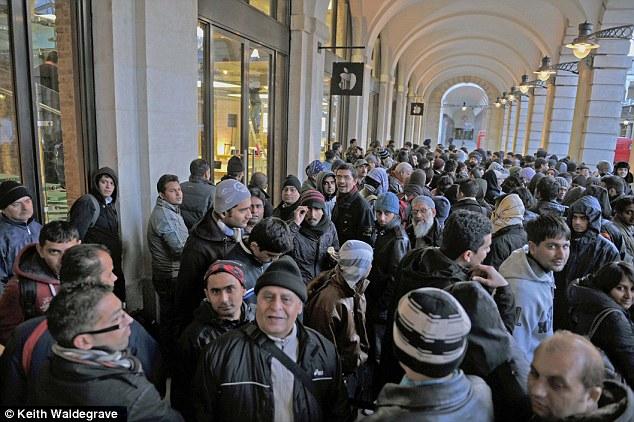 Runners wachten tot de Apple Store opent