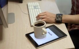 Gebruik je iPad om je kop koffie warm te houden (humor)