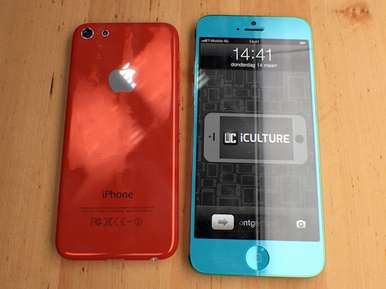 Concept: Rode 4-inch budget-iPhone naast blauwe 4,5-inch iPhone
