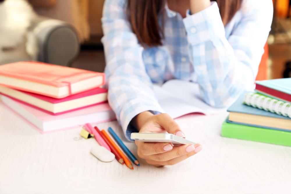 Taalcursussen leren met apps op iPhone, via Depositphotos