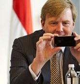 Koning Willem-Alexander ondertekent wetten op iPad