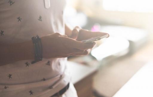 iPhone in handen, licht