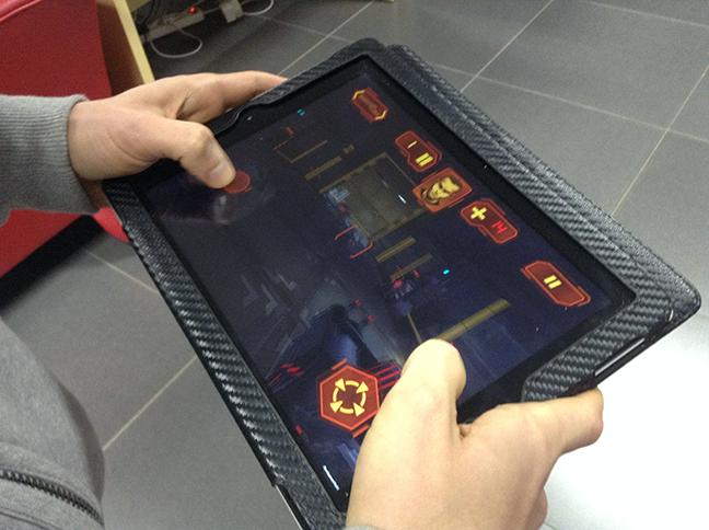 GU MA Neon Shadow iPad vasthouden tijdens spelen