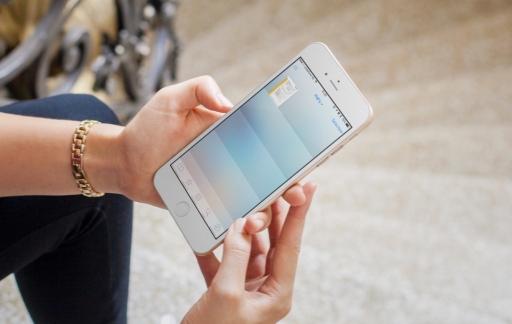 Vrouw bekijkt een PDF in iBooks op haar iPhone.