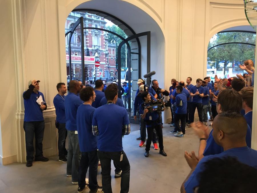 Apple Store Amsterdam blijft klappen 8.12 uur