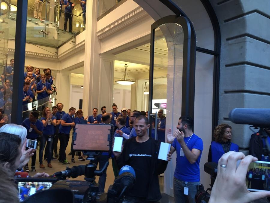 Apple Store Amsterdam George heeft hem 8.03 uur