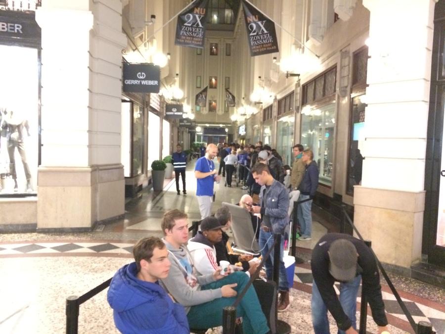 Apple Store Den Haag wachtrij in passage 6.57 uur