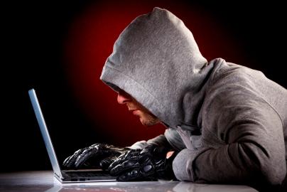 Hacker met zonnebril en laptop