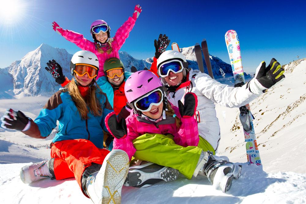 Wintersporters in de sneeuw (shutterstock_120085720)