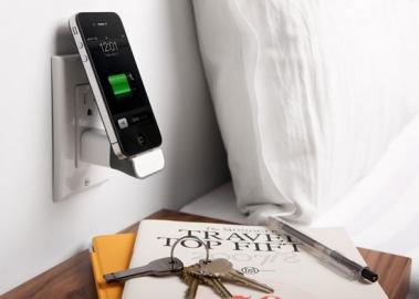 iPhone opladen bij het bed.