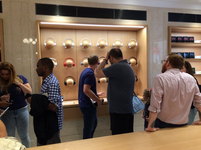 apple-store-ues-kast-met-hoofdtelefoons