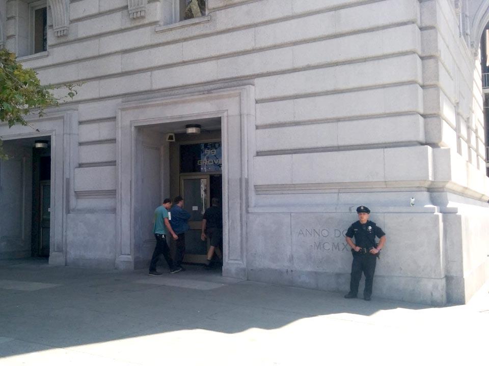 bill graham civic center: bewakers lopen rondom het pand.