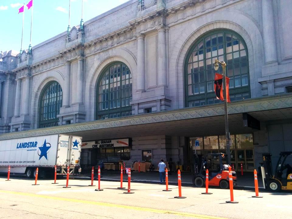 Bill Graham Civic Center: de eerste voorbereidingen van de Apple keynote zijn gestart.
