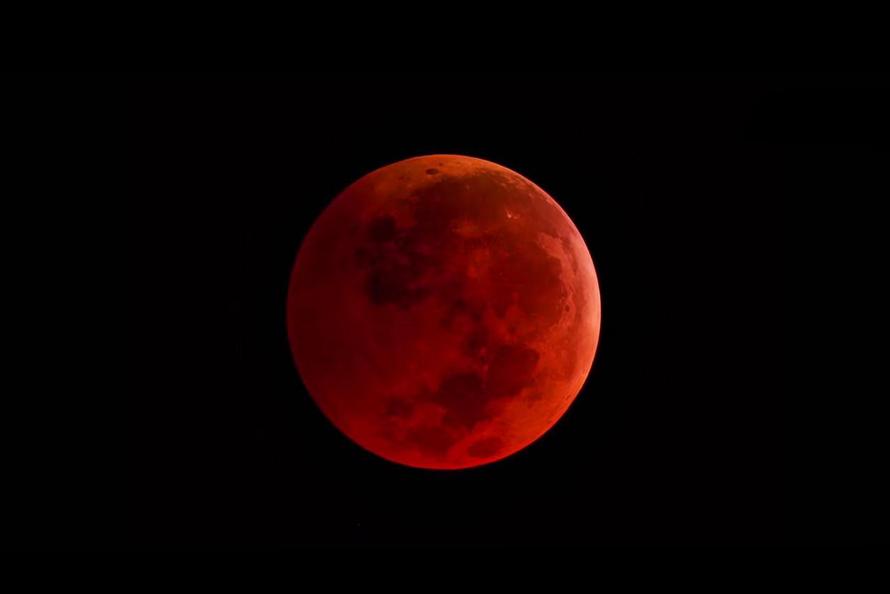 Rode maan met maansverduistering.