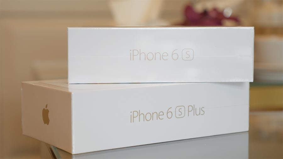 Doosjes van iPhone 6s en iPhone 6s op elkaar gestapeld
