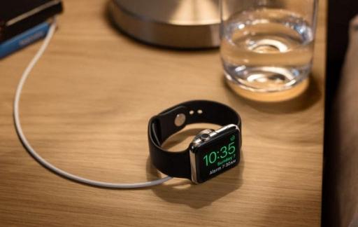 Apple Watch op nachtkastje.