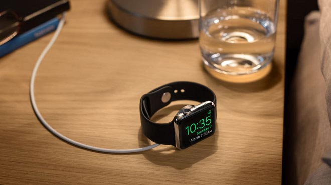 Apple Watch op nachtkastje.