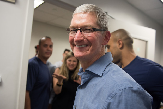 Tim Cook bezoekt de Apple Store.