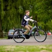 Minister Schultz wil verbod mobiele telefoon op de fiets toch onderzoeken