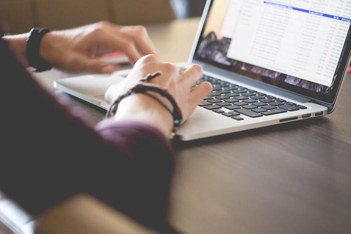 Man werkt op Macbook, via Picjumbo