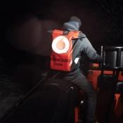 Vodafone nachtverkoop: een koerier bezorgt de iPhone 6s op Texel
