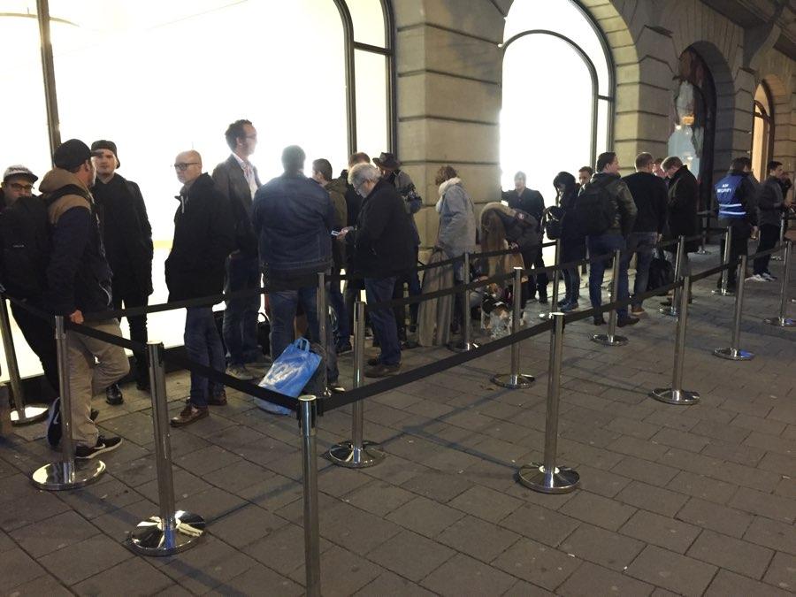Apple Store Amsterdam wachtrij om 7:30 uur