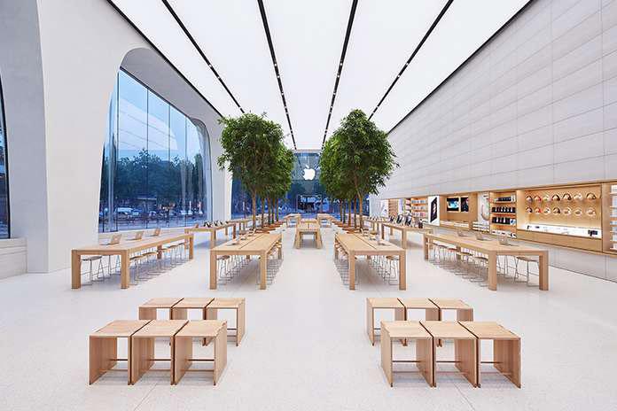 Apple Store Brussel, interieur met tafels en bomen
