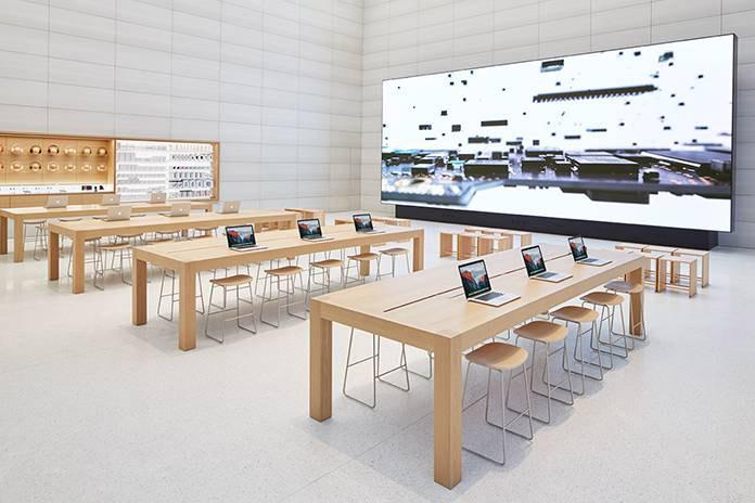 Apple Store Brussel, tafels met groot scherm