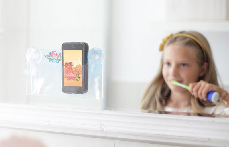Playbrush met kind en badkamerspiegel