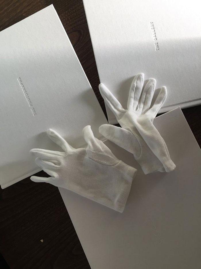 Koffietafelboek 'Shot on iPhone 6'-campagne, met witte handschoenen