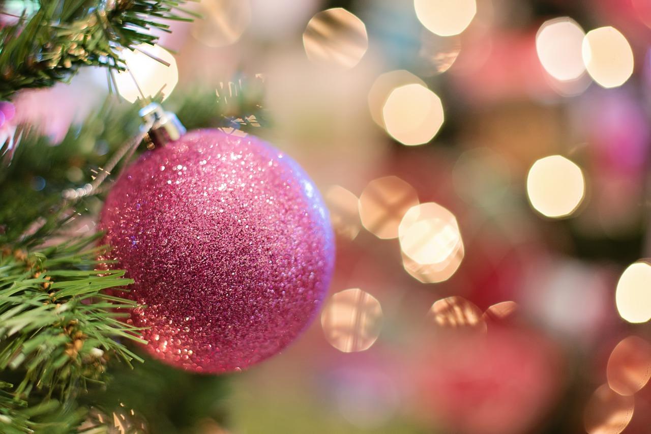 Kerstbal en kerstboom met lichtjes.