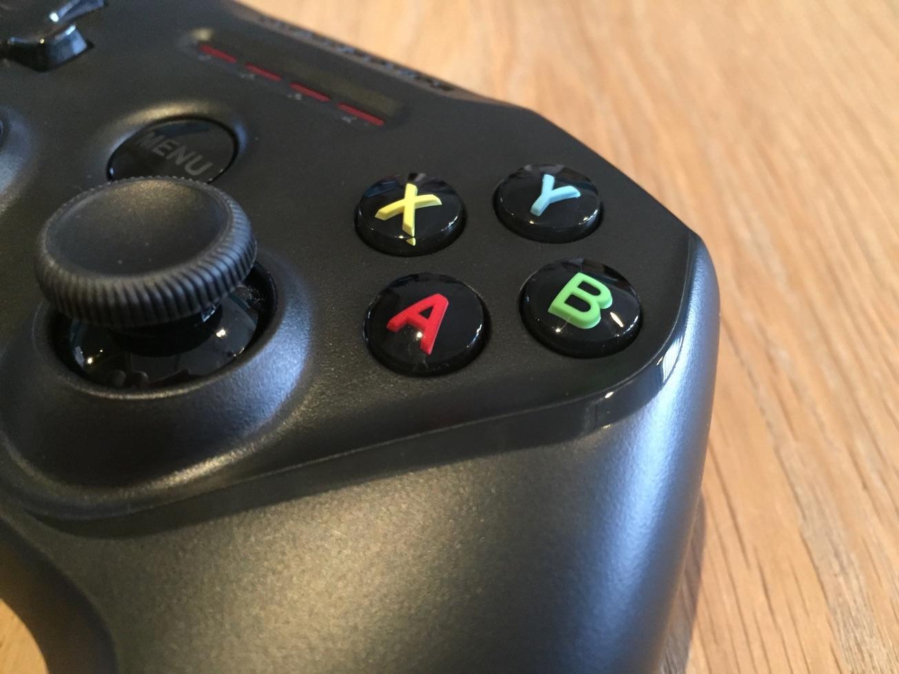 SteelSeries Nimbus draadloze controller met actieknoppen.