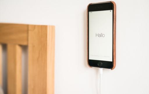 Shell Case voor iPhone bevestigd aan de muur.