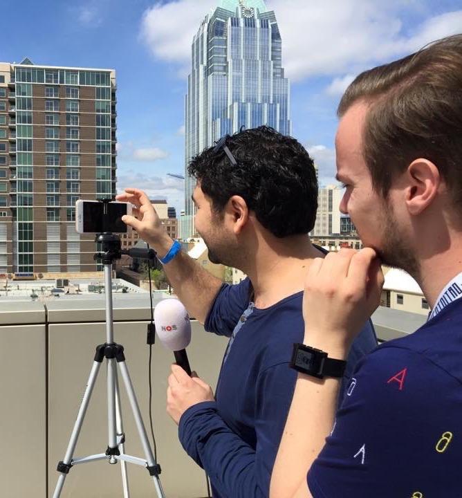 Rachid Finge filmt met zijn iPhone.