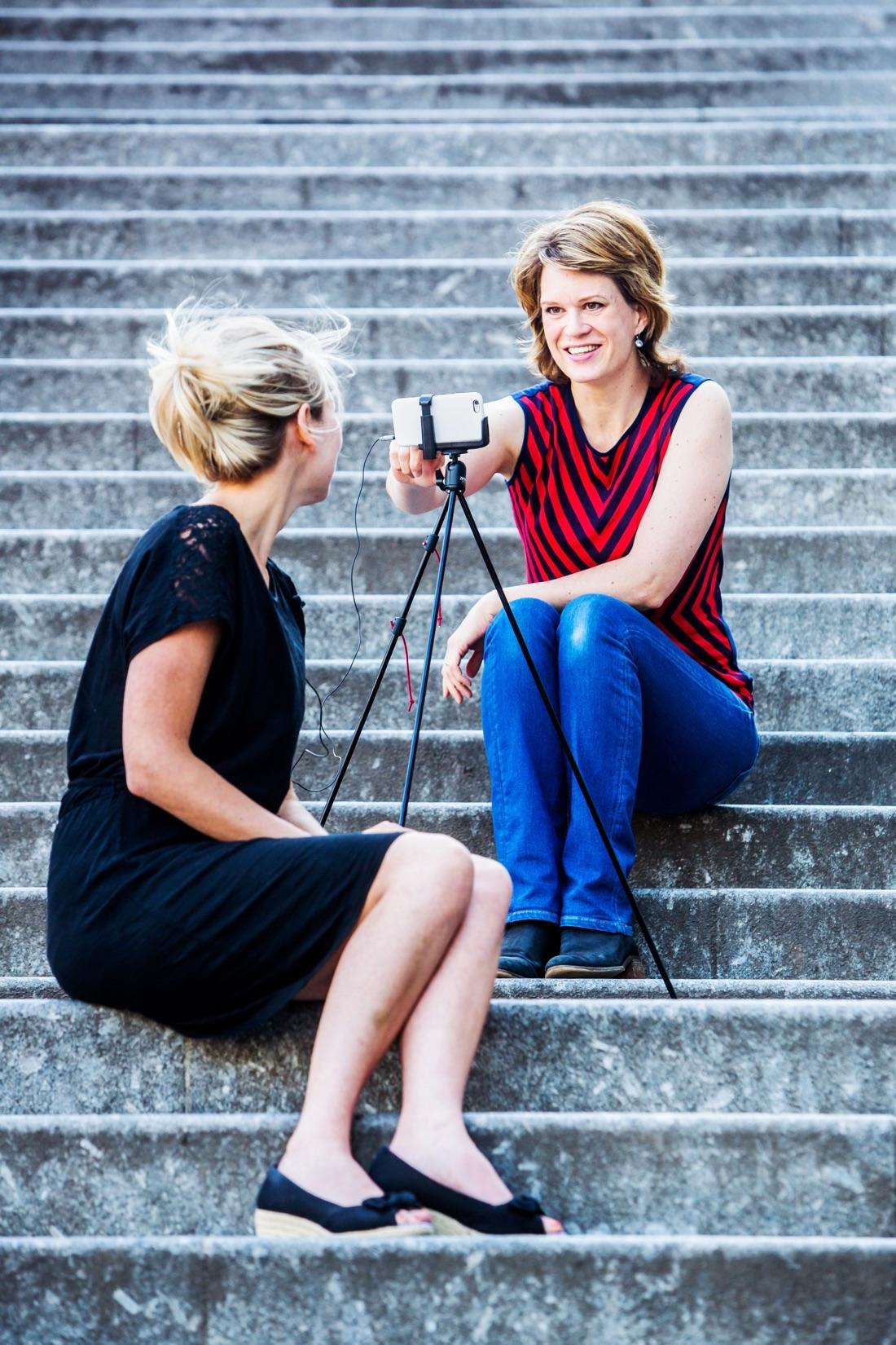 Geertje Algera filmt met haar iPhone (foto: Shody Careman)