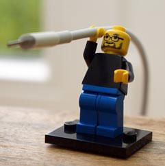 Steve Jobs als LEGO-poppetje houdt kabel vast.