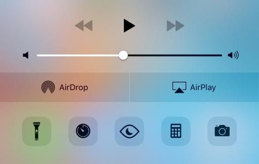 Bedieningspaneel met nachtmodus op de iPhone.