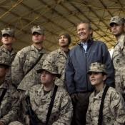 Donald Rumsfeld met militairen