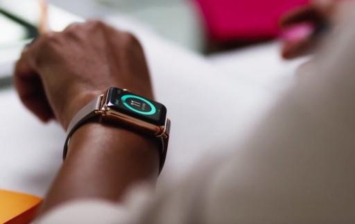 Vrouw met Apple Watch en staandoel.