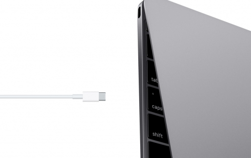Een MacBook opladen via USB-C.