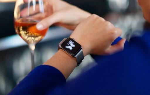 Apple Watch met vrouw en wijnglas